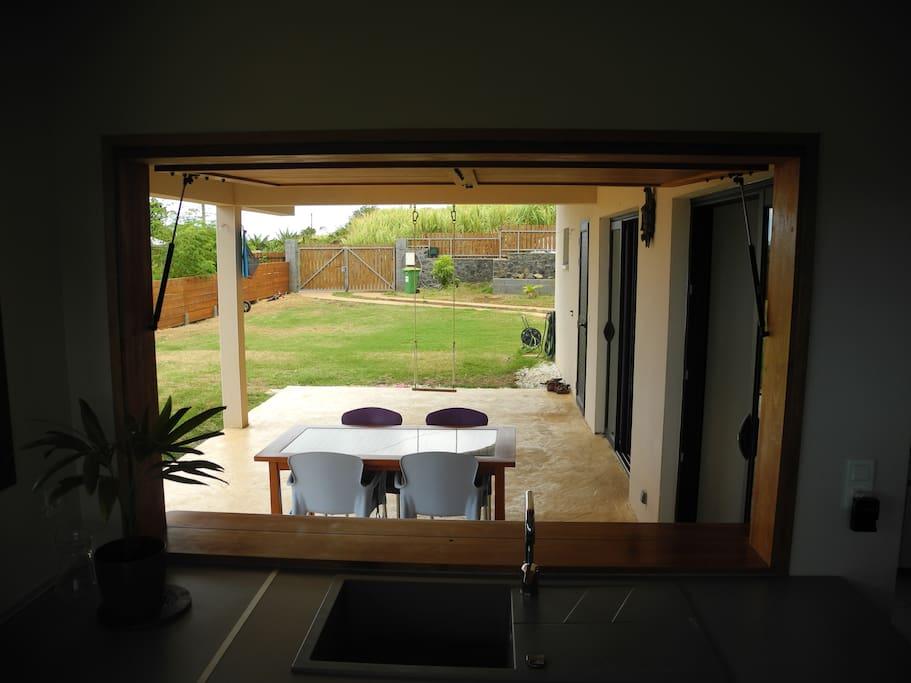 Cuisine ouverte sur terrasse couverte.