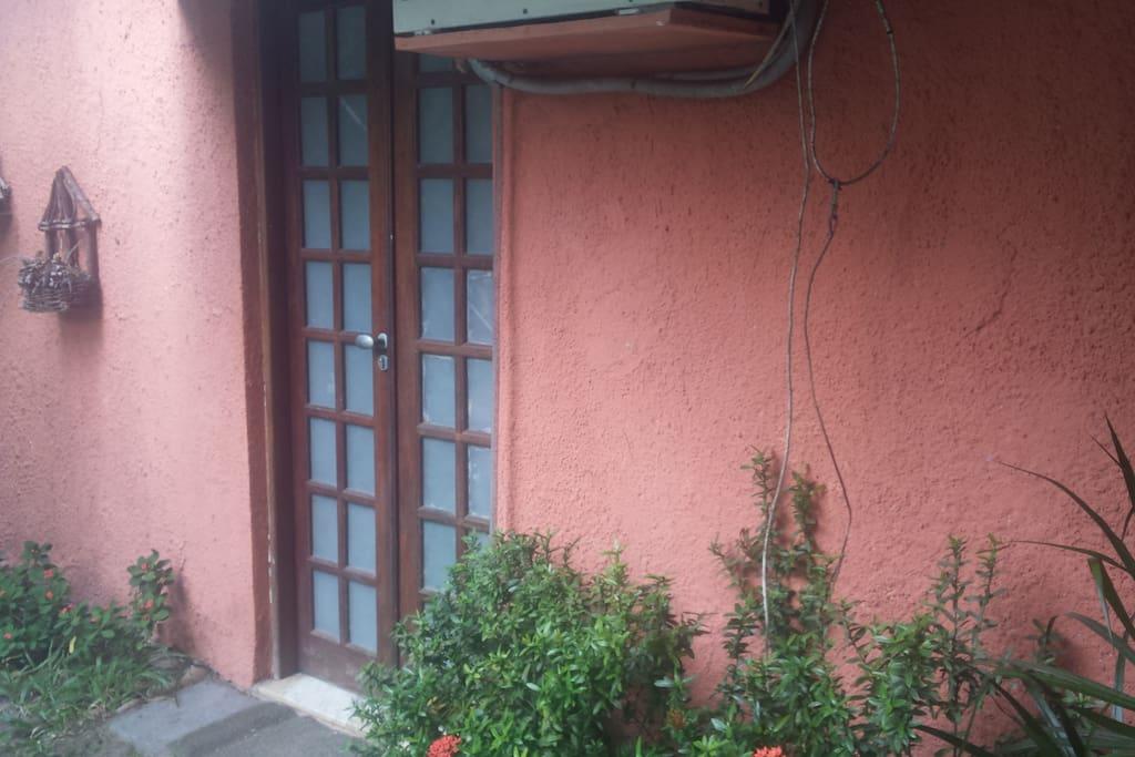 Entrada lateral sem necessidade de transitar por dentro da casa.