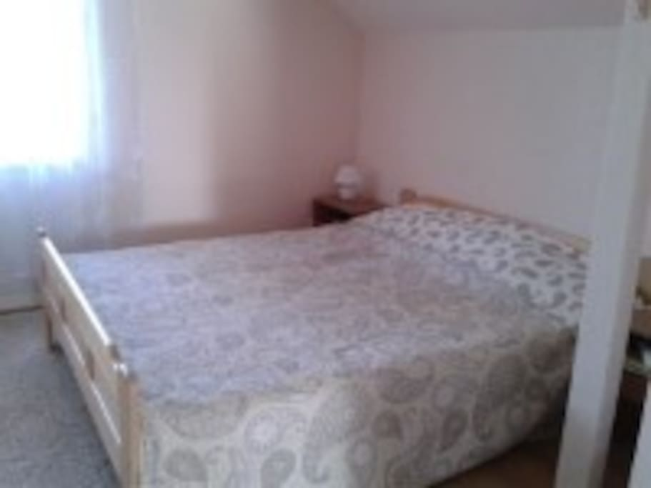 Большая удобная кровать в спальне