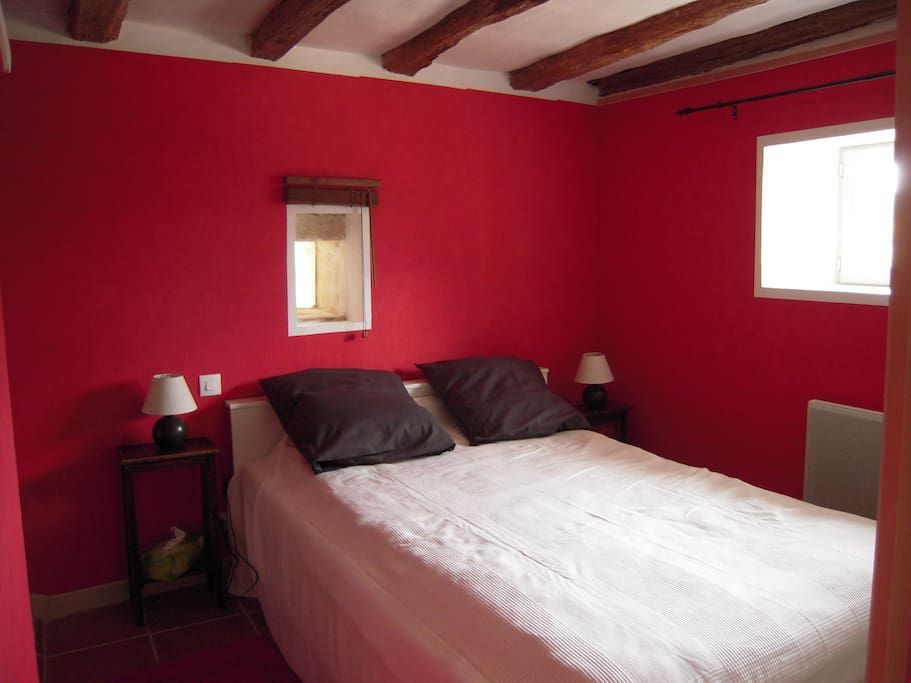 Chambre rouge, lit double avec salle d'eau