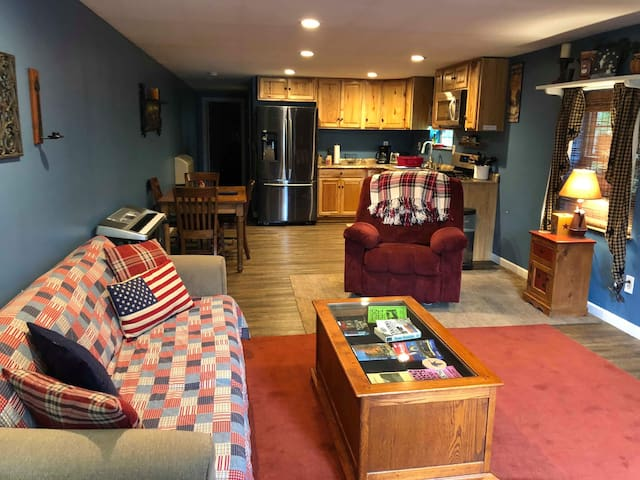 Modern yet Country  Barn Apt #1 Near Attractions