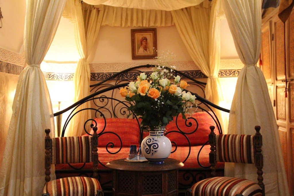 chambre Ivoire avec son lit à baldaquin...