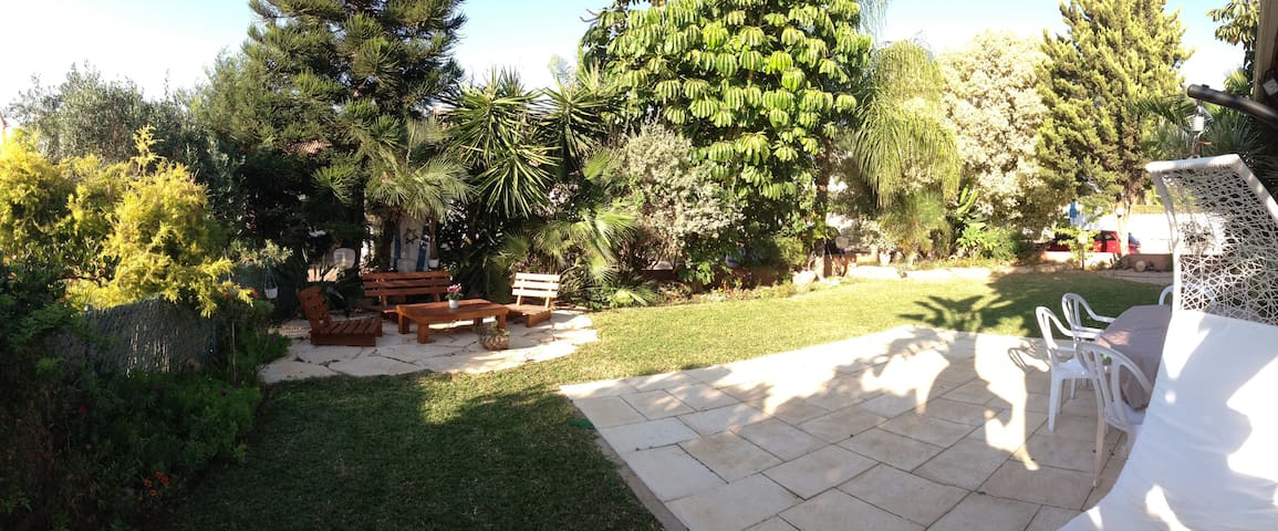 Beautiful villa, in quiet setting, lovely garden. - Tzoran-Kadima - Vila