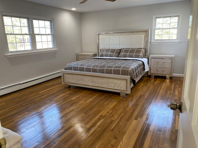 King bedroom w/ Private bathroom Near Stony Brook