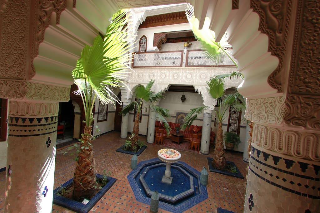 Le charme d'une architecture arabo andalouse, au calme derrrière ses murs bi-centenaires.
