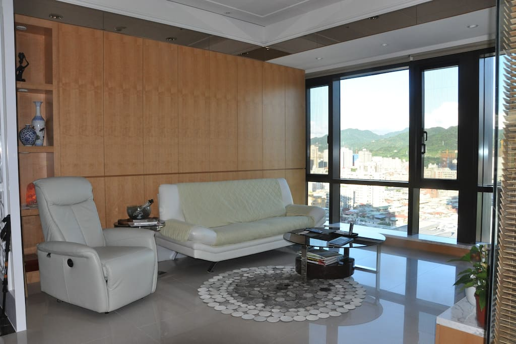 Living room sofa and reclining chair. 客廳沙發和躺椅.