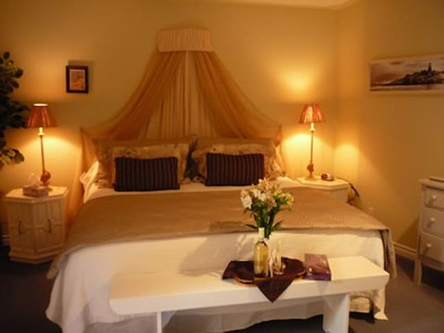A Wymbolwood Beach House King Bed - Tiny - Bed & Breakfast
