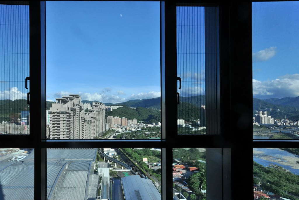 Living room window view. 客廳窗景.