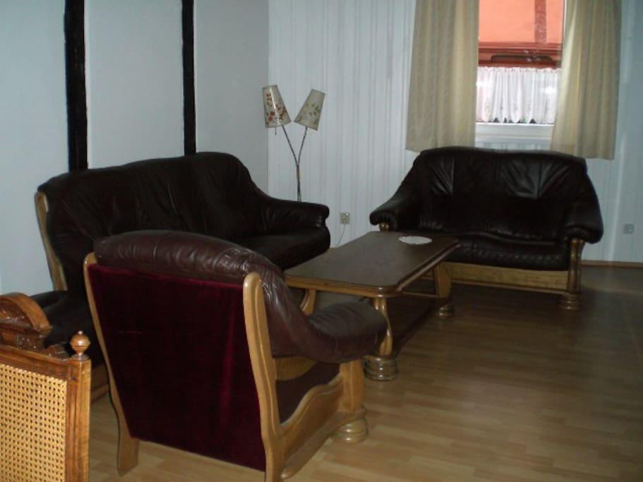 Wohnzimmer mit bequemer Ledergarnitur