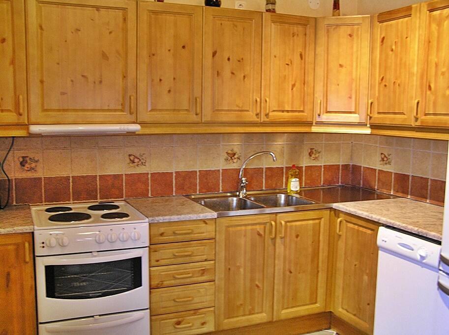 Köket i stugan. öppen planlösning med vardagsrummet.
