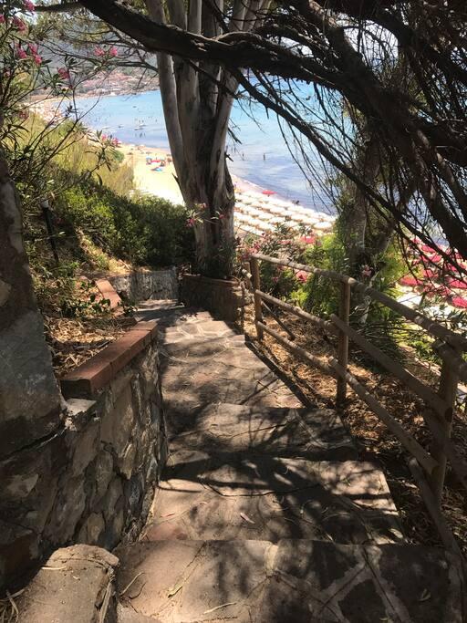 Le scale private che vanno a mare