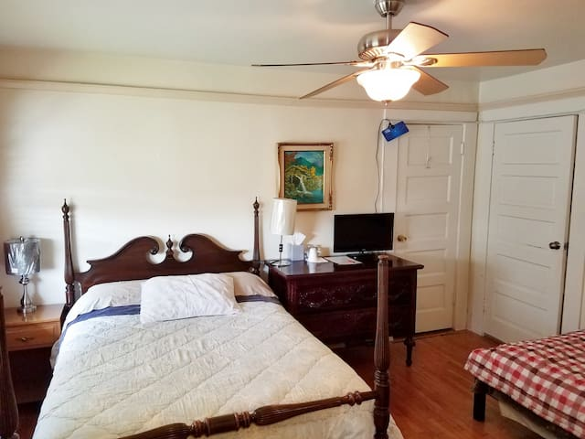Full Bed + Sngl Bed & Prvt Bath in K-twn(Red Room)
