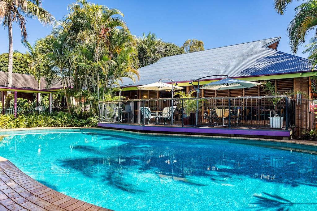 Beachside rental resort guesthouses for rent in for Pool show qld