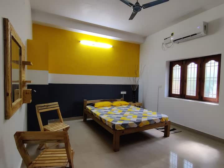 Compact Room with Luxury - Yellow