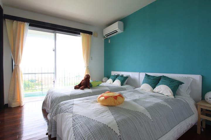 手前のお部屋はポップな色調でお子様にも。