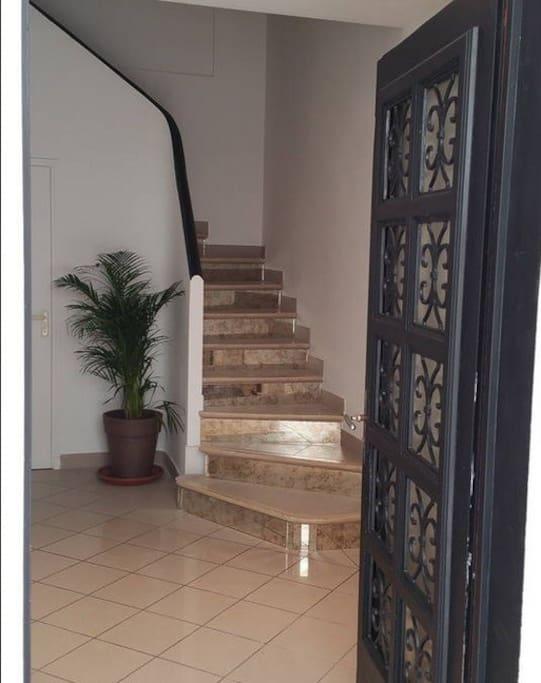 Entrée indépendante de la partie locative, escalier.