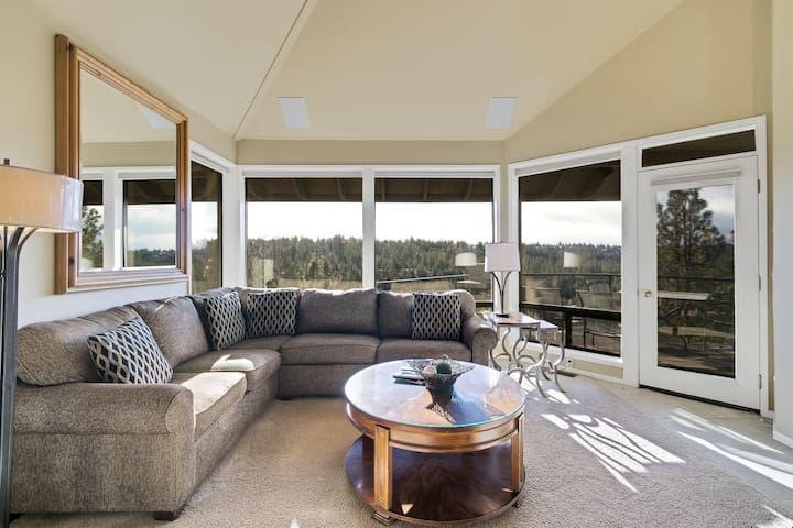 River Ridge 432AB - Enjoy Soaring Deschutes River Views from this Beautifully Appointed Three-Bedroom Mt. Bachelor Village Resort Condo!