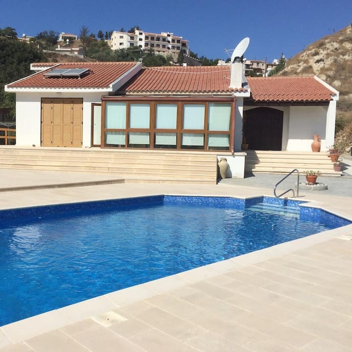 Family villa with pool in Pissouri