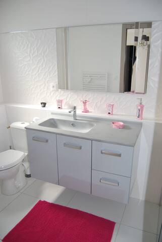 Salle de bains chambre sensualité avec douche et WC