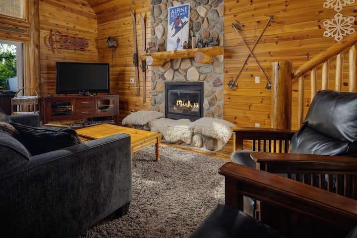 Mt. Hood Cabin, BBQ, Deck, Hot Tub, Walk to Restaurants and Shops, Close to Timberline and Ski Bowl