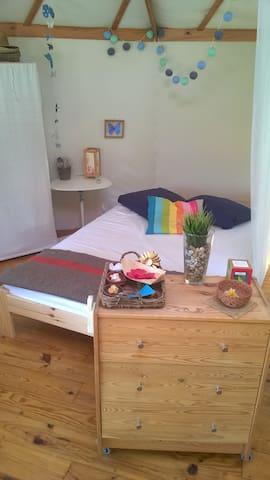 Un futon confort avec latex naturel, coco et coton peut accueillir deux personnes. Apporter vos draps ou sac de couchage