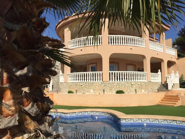 Benedenverdieping met prive zwembad en tuin.