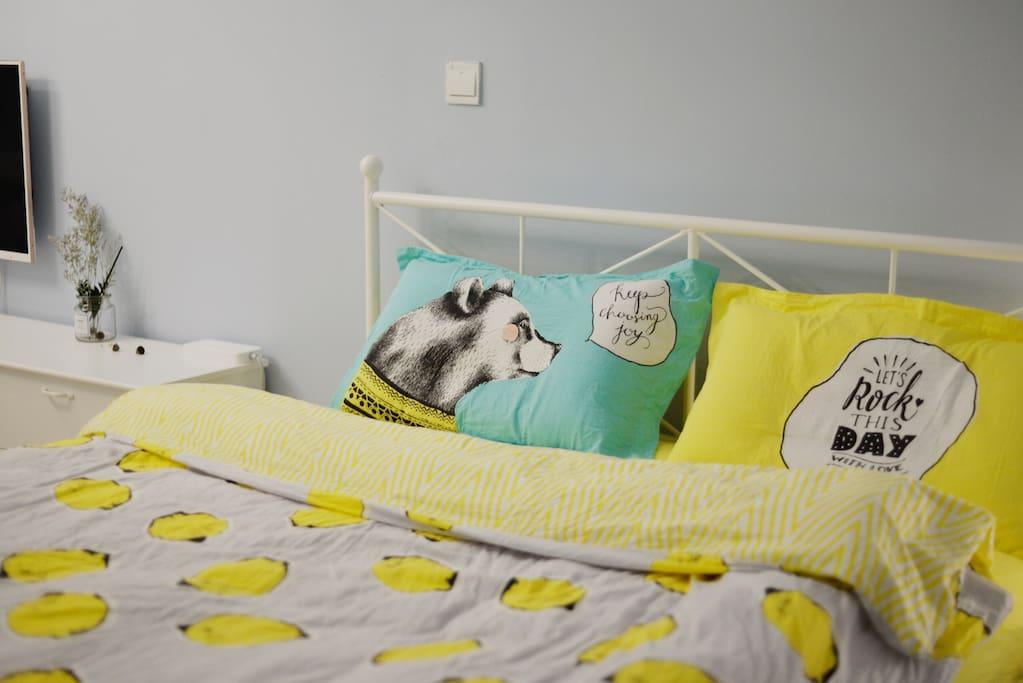 干净温暖的大床让亲们迅速扫除一天的疲惫!炒鸡柔软舒服哦,像妈妈的怀抱哈哈谁睡谁知道!直接不想起来好嘛!