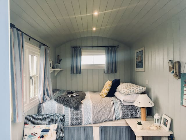 Dreamy Shepherd Hut w/sea views - St.Ives Glamping