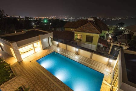 Fully equipped, stylish apartment with pool & gym