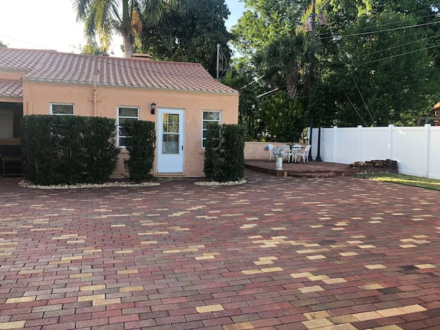 Charming Cottage Near Historic Downtown Ft Myers