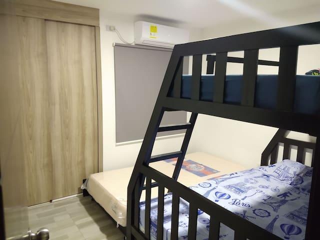 Habitación 2. Consta de una cama doble, una cama superior individual y una cama inferior individual