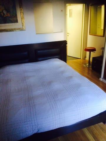 une suite parentale avec lit double armoire de rangement