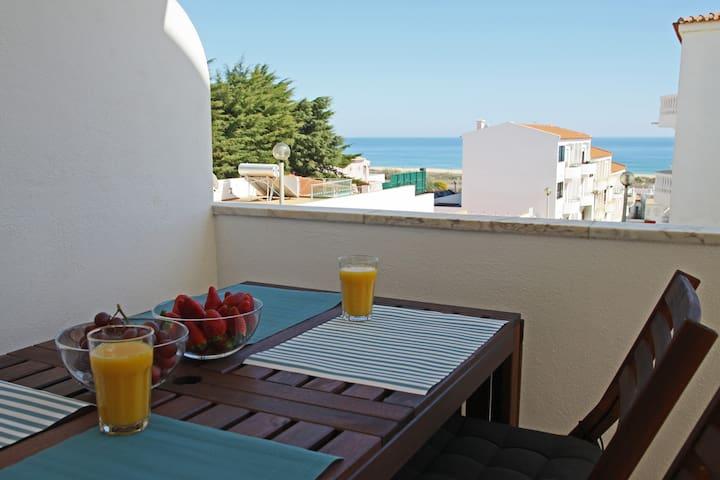Apartamento com vista mar a 200m da praia