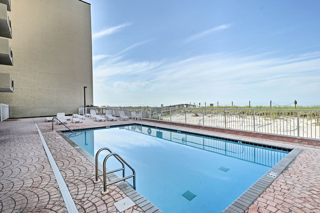 Enjoy community amenities such as a pool, sauna, and fitness center.