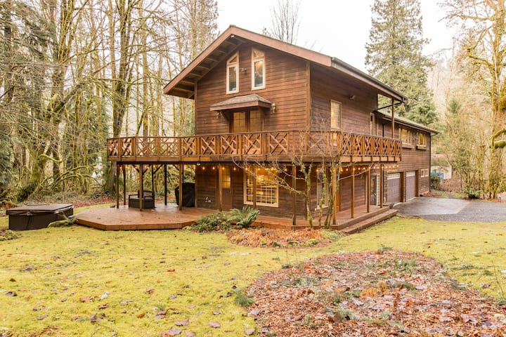 Mt. Baker Lodge hot tub & sauna, creek sleeps 16+