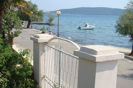 Seaside  promenade apartment - Kaštel Kambelovac
