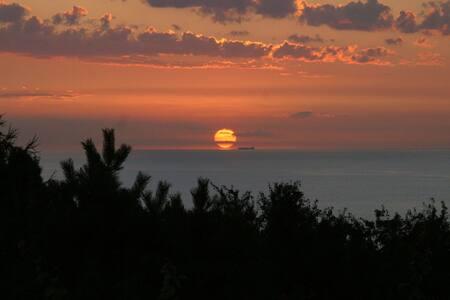 Sommerhus m havudsigt og solnedgang