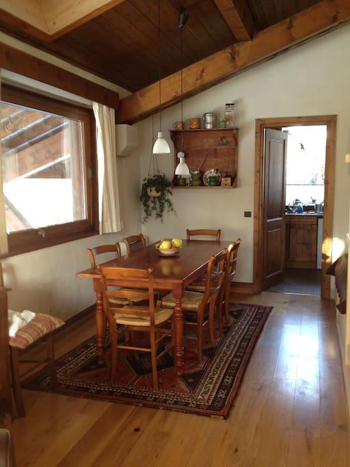 Au 1er étage le salon, la cheminée, la cuisine et les 2 terrasses -