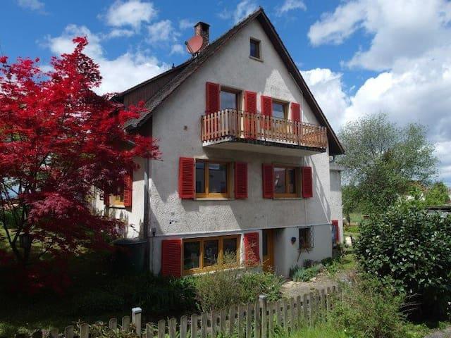 Haus am Ortsrand mit großem Garten