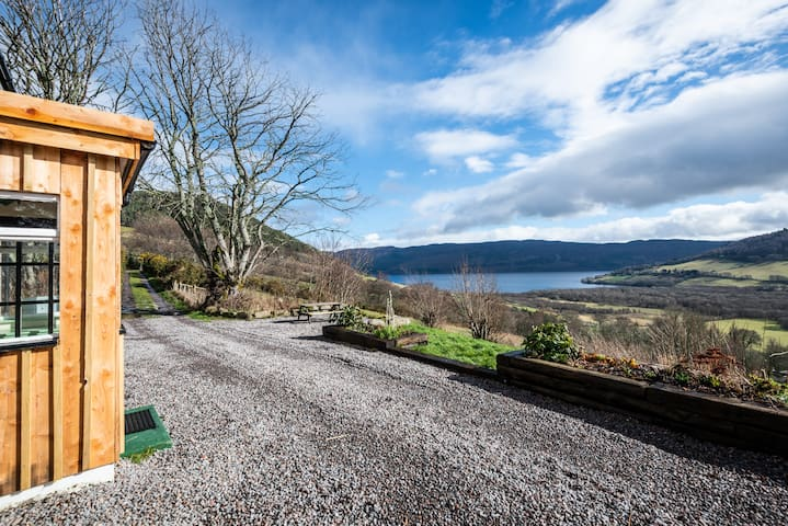 Stunning Loch Ness views, open fire & free wine!