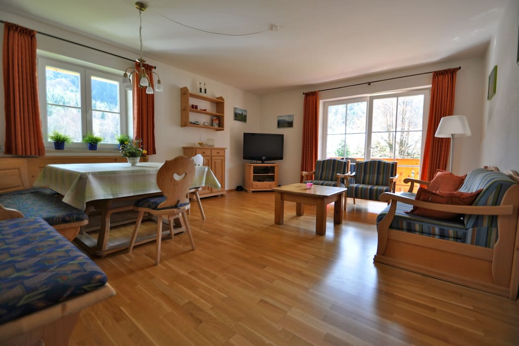 De ruime, gezellige woonkamer met 'Bayerische Ecktisch'.