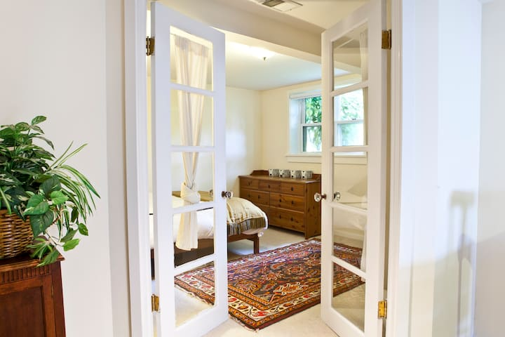 Bethesda cozy ground floor apartment