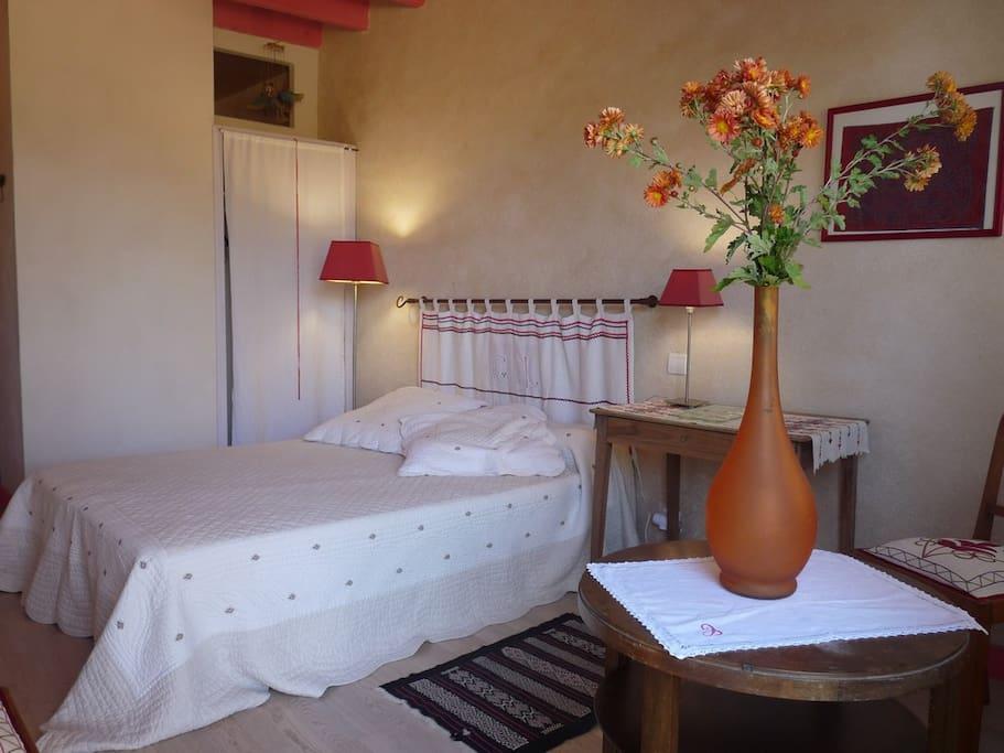 Le lit de la chambre principale