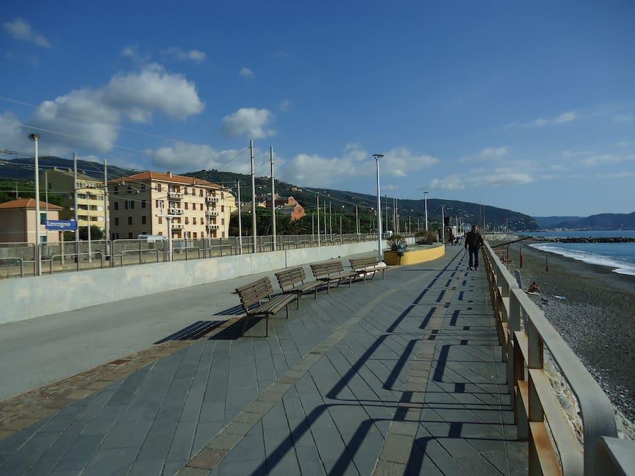 il mare , la passeggiata , la stazione ferroviaria , l'Aurelia e il residence