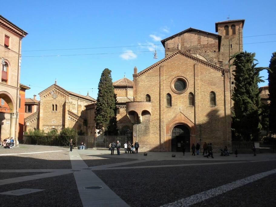 Via Gerusalemme si trova proprio sulla sinistra, all'angolo con le bellissime Sette Chiese di Piazza Santo Stefano.