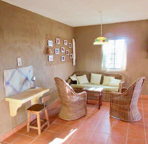 Vintage woven furniture, very comfortable. Muy cómodos han salido estos muebles de antaño.