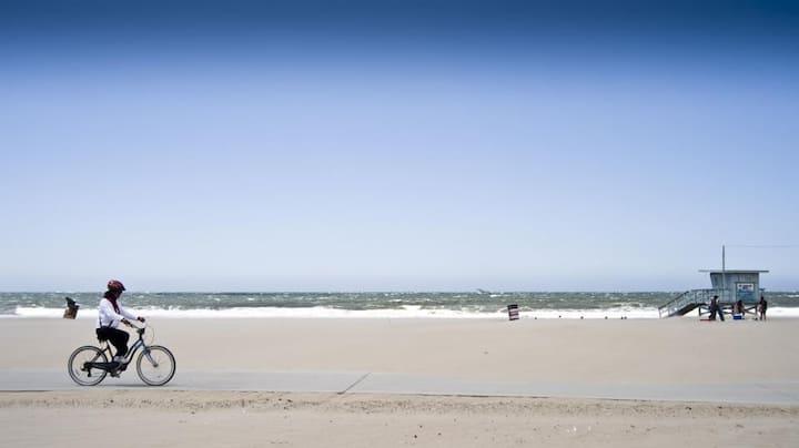 A SUNNY Private Beach HOUSE next SAND,Parking,SAFE