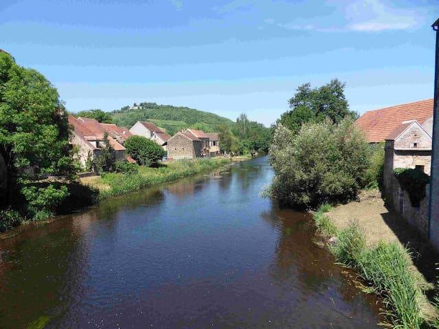 Vissershuis aan de rivier bij Vézelay