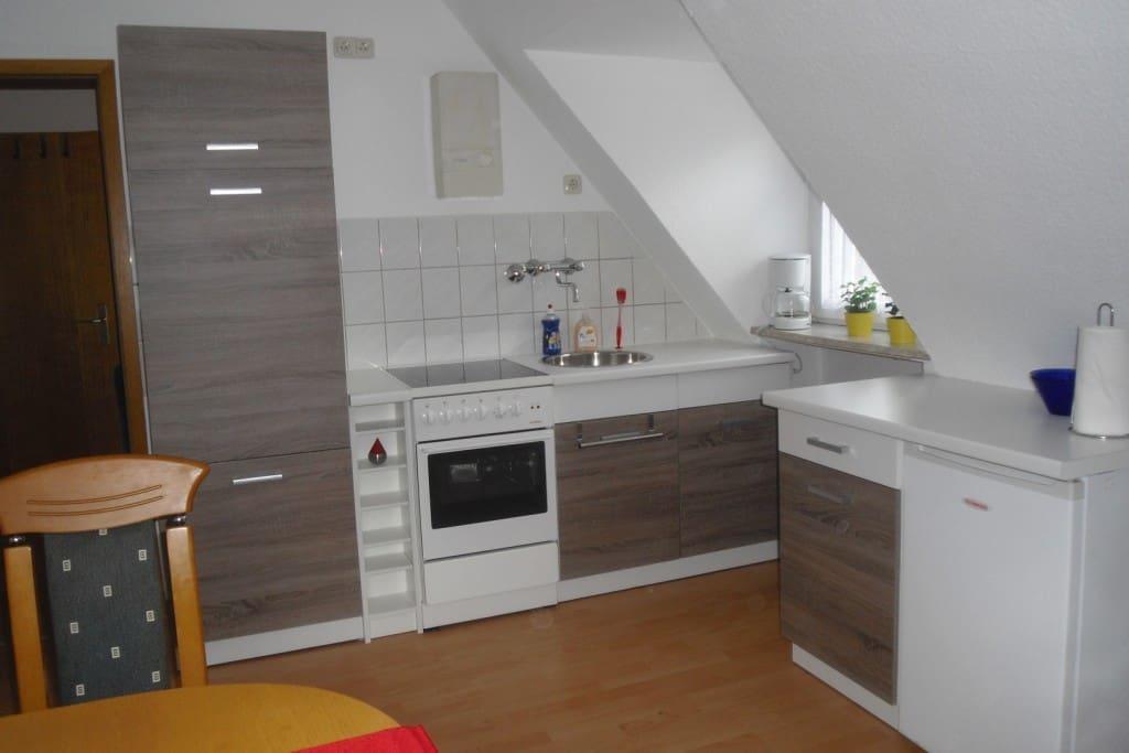 ...komplett ausgestattette Wohnküche...
