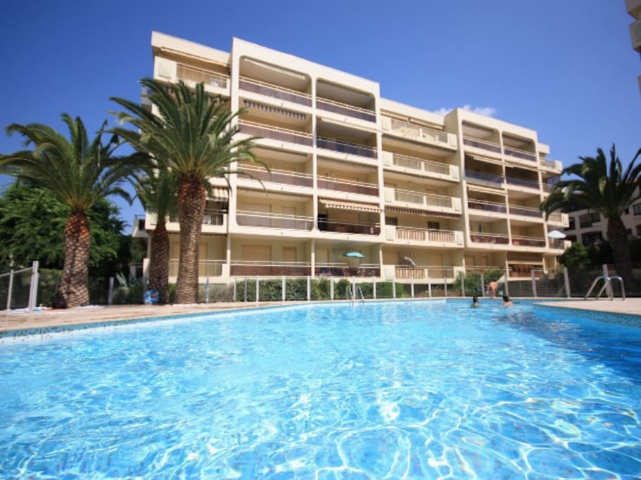 Bright and modern flat near saint tropez apartments for for Piscine sainte maxime